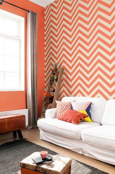 Oranje zigzag Behang Orange chevron Wallpaper collection Art of Living Zig Zag Wallpaper, Chevron Wallpaper, Plain Wallpaper, Home Wallpaper, Wallpaper Designs, Chevron Orange, Turquesa E Coral, Art Of Living, Living Room