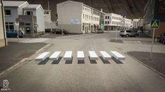 Optisch bedrog bij een zebrapad in het IJslandse Ísafjörður om autos langzamer te laten rijden.  Als het niet helpt dan is het wel leuk!