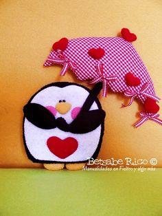 Juego de cuatro pingüinos Have you ever been in love? Materiales: Fieltro y Tela Medidas: 19.5 cm 20cm 22.5 cm Betsabe Rico©