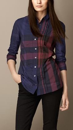 Burberry women's shirts and tops refined through pattern and proportion, in silk and cotton. Casual Shirts With Jeans, Simple Shirts, Ladies Shirts Formal, Dress Shirts For Women, Flannel Shirt Outfit, Casual Outfits, Fashion Outfits, Blouse Vintage, Look Cool