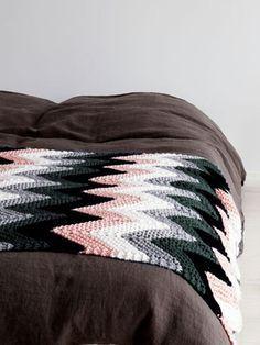 Ravelry: Neulottu aaltoileva torkkupeitto pattern by Susanna Vento Chevron Baby Blankets, Chevron Blanket, Knitted Afghans, Knitted Blankets, Crochet Home, Diy Crochet, Chevron Crochet, Knitting Patterns, Crochet Patterns