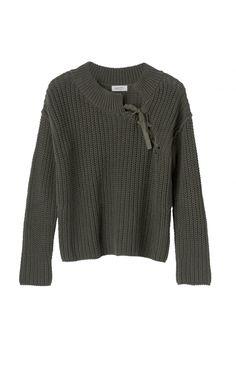 Grovt stickad tröja med en rundad halsringning och snörning. Rak och medellång passform. Långa ärmar och en rak nederkant. Kombinera Essential Shasta Knit med denim eller ett par skräddade byxor.100% Cotton
