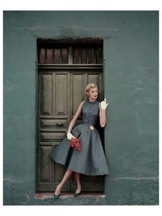 Model standing in a doorway wearing a dress by Heatherlane ✨ Glamour, 1955 📷 by Leombruno-Bodi Glamour Vintage, Vintage Beauty, 1950s Style, Retro Style, Retro Chic, Vestidos Vintage, Vintage Outfits, Vintage Dresses, 1950s Dresses