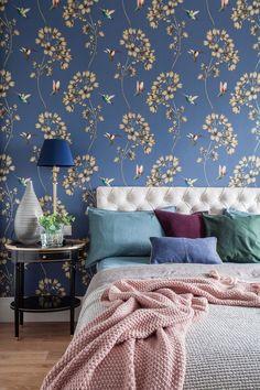 Látványos mintás kék tapéta a hálóban, fehér konyha-nappali - fiatal lány kétszobás, 55m2-es lakása klasszikus stílusban - Lakberendezés trendMagazin