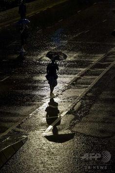 民主化要求デモが続く香港(Hong Kong)で、傘をさして繁華街の湾仔(ワンチャイ)地区を歩くデモ参加者ら(2014年10月1日撮影)。(c)AFP/XAUME OLLEROS ▼1Oct2014AFP 国慶節迎えた香港、雨にも負けずデモ続く http://www.afpbb.com/articles/-/3027622