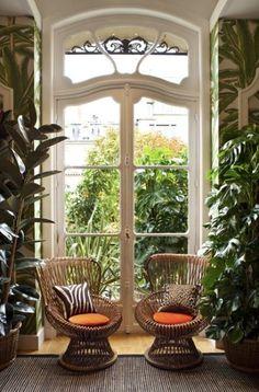 Rotan stoelen, tropische planten, hoge ramen & heel veel licht