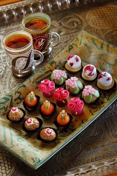 Wish I had a friend to invite over for tea and cupcakes like these- almost too pretty to eat!