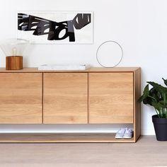 Styling idee ( Ethnicraft Oak Nordic Sideboard with 3 doors) Sideboard Dekor, Oak Sideboard, Modern Sideboard, Nordic Furniture, Furniture Decor, Furniture Design, Furniture Removal, Italian Furniture, Furniture Chairs