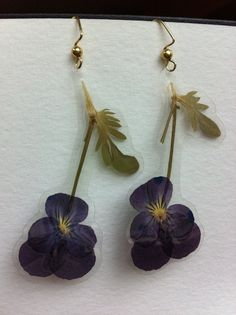 Laminated Pressed Purple Viola Earrings van ShazerTool op Etsy