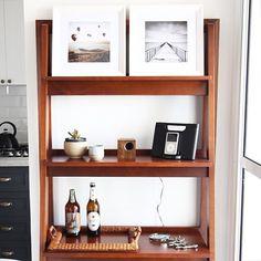A linda estante de escada da @muma.com.br ✨ Para quem ama design, essa loja tem muitas coisas incríveis! A cadeira Tolix branca também é de lá e agora eles receberam na cor mint! Sensacional