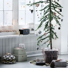 I'm kind of looking forward to Christmas already, now that I saw the Ferm Living Christmas catalogue. — Ik kijk al een beetje uit naar kerstmis, nu ik de Ferm Living kerstcatalogus gezien heb. Scandinavian Christmas Decorations, Scandi Christmas, Easy Christmas Decorations, Minimalist Christmas, Noel Christmas, Modern Christmas, Simple Christmas, Winter Christmas, Holiday Decorating