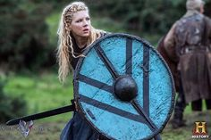 Lagertha (played by Katheryn Winnick) is a shieldmaiden, Ragnar Lodbrok's first wife and mother to his heir in the History Channel historical drama series Vikings. Historically there is evidence that women warriors fought along side their men. Escudo Viking, Vikings Show, Vikings Tv Series, Viking Shield, Viking Warrior, Viking Runes, Warrior Women, Viking Woman, Katheryn Winnick