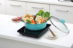 FAMILY COOKING MADE SIMPLE: With the seamless integration of our 'Yin-Yang' divider, it is now easier than ever to prepare and cook different variations of meals at one time! When mealtime is over, just place in the dishwasher and you're done!  A NATURAL, NON-STICK SURFACE: The marble cooking surface is a natural solution to the frequently used chemicals found in alternative appliances. Keep your Hot Pot clean and your ingredients will keep their natural tastes and flavours for longer Size… Pancake Pan, Deep Frying Pan, Pots And Pans Sets, Pan Set, Hot Pot, Natural Solutions, Yin Yang, Wok, Kitchenware