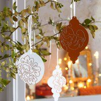 Des boules de Noël en carton brodé - Marie Claire Idées... des boules de noël découpées dans du carton de couleur et des motifs scintillants tout simplement brodés ... pour de jolies supensions