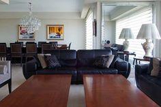 Consejos: ¿Cómo cuidar los muebles de cuero?. En este artículo encontrarás algunas de las claves para evitar que tus muebles de cuero se estropeen y, asimismo, para prolongar su vida útil. ¡Espero que os guste! Sofa, Couch, Repurposed, Furniture, Home Decor, Cowhide Furniture, Space, House Decorations, Trends