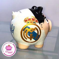 Piggy Fútbol. ⚽️ Alcancía del Real Madrid. 𝑨𝒍𝒄𝒂𝒏𝒄𝒊𝒂𝒔 𝑷𝒆𝒓𝒔𝒐𝒏𝒂𝒍𝒊𝒛𝒂𝒅𝒂𝒔 𝑷𝒊𝒈𝒈𝒚𝒔. 🐽 👇🏻👇🏻👇🏻 ⭐️Alcancías Personalizadas, pintadas a Mano 100% 🎨 ✍🏻… Pigs, Real Madrid, Piggy Bank, Instagram, Football Theme Birthday, How To Paint, Mud, Mugs, Create
