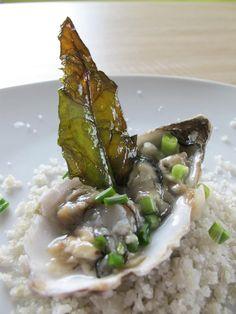 Tartare d'huître Charente Maritime, aillet et chips de blettes des marais... Recette imaginée par www.iodé.com après une récolte de plantes sauvages des marais pour un reportage de l'Express