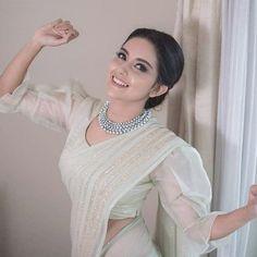 white saree blouse classy - white saree blouse classy Source by latestsareeblousedesigns - Stylish Blouse Design, Fancy Blouse Designs, Bridal Blouse Designs, Kurta Designs, Saree Blouse Patterns, Saree Blouse Designs, White Saree Blouse, Saree Dress, Ruffle Blouse