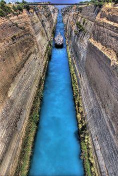 Der Kanal von Korinth trennt das griechische Festland von der Halbinsel Peloponnes.