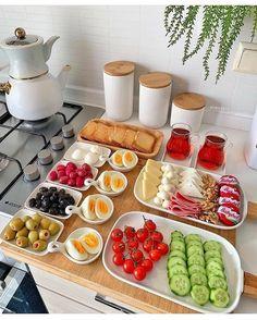 Breakfast Platter, Breakfast Recipes, Food Carving, Food Displays, Snacks Für Party, Food Decoration, Food Platters, Food Goals, Aesthetic Food