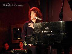 Plano general donde podemos ver el escenario con Carmen París al piano y el cartel luminoso de la prestigiosa sala Clamores al fondo