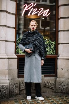 The Very Best Street Style From London Fashion Week Fall 2018 Street Style 2018, Street Style Trends, Autumn Street Style, Street Style Looks, Street Style Women, Street Styles, Street Outfit, Street Clothes, Cardigans For Women