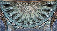 M1rasoulifard (Mehrdad) capta as complexidades estruturais e artísticas dos lugares mais significativos de cultos e complexos culturais da Grande Mesquita de Isfahan, a maior congregação do Irã.