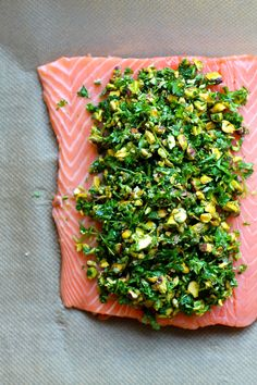 Ovnbagt laks med topping af krydderurter og pistacienødder Oven baked salmon with topping of herbs and pistachios Salmon Recipes, Raw Food Recipes, Healthy Recipes, Paleo Food, Weight Loss Eating Plan, Oven Baked Salmon, Easy Family Dinners, Fish And Seafood, My Favorite Food