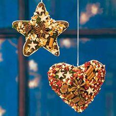 Fensterhänger mit edlen weihnachtlichen Gewürzen, klassische Fensterdekoration für die Winterzeit, wohltuend duftend. 2er-Set mit Stern und Herz Motiv.