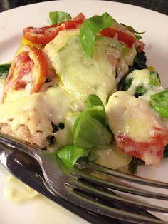 Recept voor een ovenschotel met spinazie, wortel, tomaat en zalm - lekker en leuk als je wortel en tomaat in allerlei kleuren gebruikt. Voedselzandloper-proof.