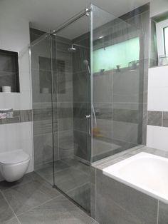 sklenený sprchový kút zložený s pevných panelov a posuvných dvier Corner Bathtub, Master Bath, Alcove, Bathroom, Box, Home Decor, Washroom, Snare Drum, Decoration Home