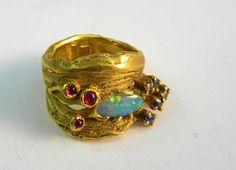 http://www.defner.at/images/8__ring__muschelstruktur__opal__rubine_saphire__gold_900.jpg