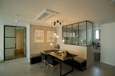 Schon am Eingang der Wohnung wird man von einem offenen Design mit dezenten Fliesen und modernem Mobiliar empfangen. Die Küche, der Ess- und der Wohnbereich fließen wunderschön ineinander über.