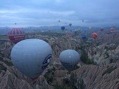 Balões de ar quente na Capadócia - Turquia ©Viaje Comigo Life, Cappadocia Turkey, Places Around The World, Hot Air Balloon, City, Travel, Places To Travel, Destinations