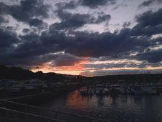 Il est magique de courir en ayant pour horizon un magnifique couché de soleil !  #sunset #sun #clouds #cloudy #sky #port #landscape #iledelareunion #reunion #reunionisland #LaReunion #974 #974island #footing #running #training by aymeelareunion