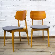 Pareja de sillas años 60 en madera restaurada y tapizadas en tela de color gris oscuro. Studio Alis - Barcelona
