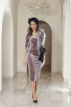 Invitada perfecta boda mañana vestido terciopelo lila Dinner Gowns, Evening Dresses, Long Skirt Outfits, Velvet Fashion, Diva Fashion, Timeless Fashion, Cute Dresses, Vintage Outfits, Fashion Dresses
