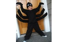 Spider costume - stuff and sew black socks to create the extra legs. Glue googly eyes onto knit cap. Spider Halloween Costume, Bug Costume, Fröhliches Halloween, Halloween Crafts For Kids, Holidays Halloween, Diy Costumes, Charlotte Web Costume, Fantasias Halloween, Running Costumes