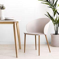 Loop silla beige | Sillas con personalidad.  Loop es un bonito modelo de silla de plástico en color beige, con patas metal recubiertas con madera y un original diseño de respaldo envolvente. Ideal para conseguir un look original y moderno alrededor de la mesa. ¡Seguro que te encanta!  Medidas · Alto asiento: 47,5 cm · Ancho asiento: 48 cm · Fondo asiento: 43,5 cm Rattan, Kitchen Dining, Dining Chairs, Contemporary, Interior Design, Color Beige, Furniture, Home Decor, Shopping