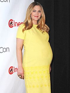 Drew Barrymore Glows in Yellow at CinemaCon Drew Barrymore, Maternity Fashion, Maternity Style, Yellow Dress, Gold Dress, Celebrity Babies, Hair Inspiration, Pregnancy, Short Sleeve Dresses