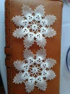 This Pin was discovered by HUZ Crochet Snowflake Pattern, Crochet Flower Tutorial, Crochet Snowflakes, Crochet Motif, Irish Crochet, Crochet Designs, Crochet Doilies, Crochet Flowers, Crochet Lace