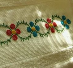 Cross Stitch Designs, Cross Stitch Patterns, Kare Kare, Cross Stitch Embroidery, Diy And Crafts, Lily, Tapestry, Floral, Hand Embroidery Patterns