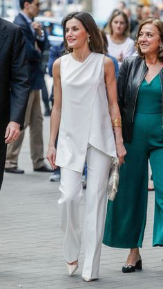 The Spanish monarch, Queen Letizia, went directional in a local label by Pedro del Hierro in Madrid. Kleider Queen Letizia of Spain Wears a Mashup of the Little White Dress and the Power Suit Mein Style, Looks Chic, Queen Letizia, Little White Dresses, Classy Outfits, Minimalist Fashion, Blouse Designs, Ideias Fashion, Fashion Dresses