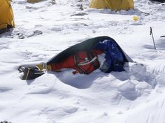 The Bodies Of Over 200 Dead Climbers On Mount Everest Are Serving As Guideposts Mount Everest Deaths, Top Of Mount Everest, Mount Everest Climbers, Bodies, Sacred Mountain, Mountain Climbers, Mountaineering, Natural Wonders, Creepy