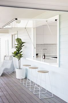Easy access outdoor home bar Design your kitchen window where it opens up to an outdoor bar, a great DIY idea for your home Kitchen Window Bar, Outdoor Kitchen Bars, Window Bars, Casas Containers, Design Your Kitchen, Küchen Design, Home Interior Design, Home Kitchens, Building A House