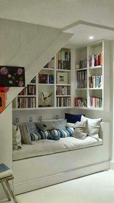 Cantinho de leitura em baixo da escada