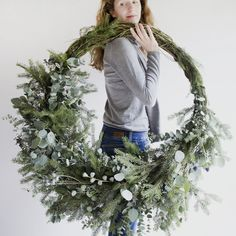 Advent Day 10 Contemporary Christmas Gorgeous asymmetrical fresh foliage wreath inspiration to make. Natural Christmas, Noel Christmas, Green Christmas, Christmas 2019, All Things Christmas, Winter Christmas, Christmas Crafts, Natal Natural, Holiday Wreaths