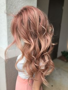 Are you looking for rose gold hair color hairstyles? See our collection full of rose gold hair color hairstyles and get inspired! Colored Curly Hair, Long Curly Hair, Wavy Hair, Dyed Hair, Curly Hair Styles, Blorange Hair, Ombre Hair, Blond Rose, Blonde With Pink