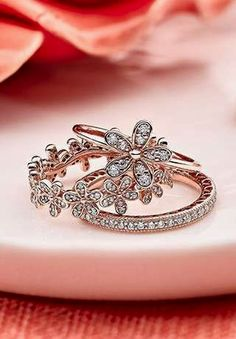 The PANDORA Rose Collection incorporates a unique blend of metals for a warm, rosy glow.