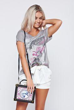 Comanda online, Geanta dama cu tinte metalice roz accesorizata cu o catarama metalica. Articole masurate, calitate garantata! White Shorts, Summer, Women, Fashion, Dyes, Moda, Summer Time, Women's, Fashion Styles